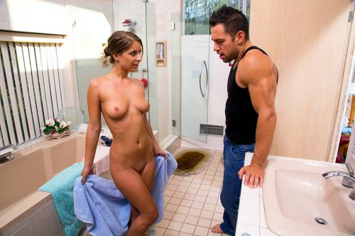 Увидел голую сестру в душе порно
